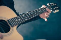 Homme jouant sur la guitare électrique Photographie stock libre de droits