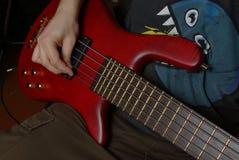Homme jouant sur la guitare rouge Images stock