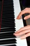 Homme jouant sur le piano Image stock