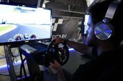 Homme jouant un jeu de voitures de course Image libre de droits