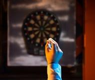 Homme jouant un jeu des dards Images libres de droits