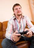 Homme jouant un jeu vidéo Photographie stock libre de droits