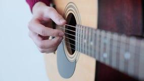 Homme jouant une fin de guitare acoustique  banque de vidéos