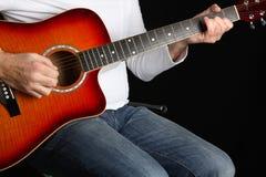 Homme jouant une guitare. Image libre de droits