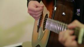 Homme jouant une guitare acoustique banque de vidéos