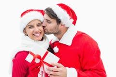 Homme joyeux attirant donnant à amie un baiser et un présent Photo libre de droits