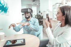Homme joyeux avec plaisir étant dans la réalité virtuelle Images stock