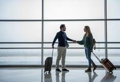 Homme joyeux et femme allant à l'étranger Photographie stock libre de droits