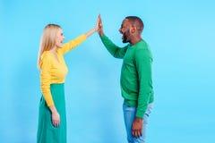 Homme joyeux et femme partageant leur amour Images stock