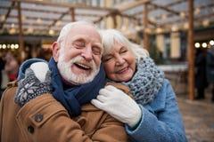 Homme joyeux et femme pluss âgé collant entre eux Image libre de droits