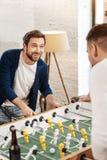 Homme joyeux gai regardant son adversaire Photo libre de droits