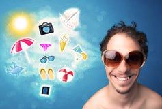 Homme joyeux heureux avec des lunettes de soleil regardant des icônes d'été Photos libres de droits