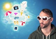Homme joyeux heureux avec des lunettes de soleil regardant des icônes d'été Photo stock