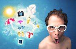 Homme joyeux heureux avec des lunettes de soleil regardant des icônes d'été Image stock