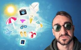 Homme joyeux heureux avec des lunettes de soleil regardant des icônes d'été Images stock