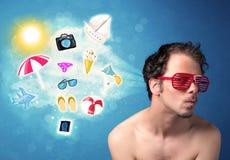 Homme joyeux heureux avec des lunettes de soleil regardant des icônes d'été Images libres de droits