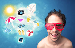 Homme joyeux heureux avec des lunettes de soleil regardant des icônes d'été Image libre de droits