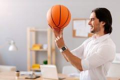Homme joyeux tenant la boule de panier Photo libre de droits