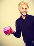 Homme jugeant le boîte-cadeau rose actuel disponible Photos libres de droits