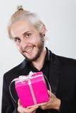 Homme jugeant le boîte-cadeau rose actuel disponible Photographie stock