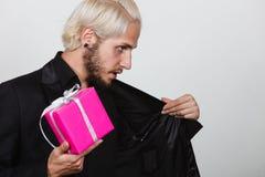 Homme jugeant le boîte-cadeau rose actuel disponible Images stock