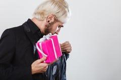Homme jugeant le boîte-cadeau rose actuel disponible Images libres de droits