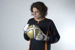 Homme jugeant une bille de football - horizontale Image stock
