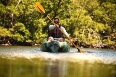 Homme Kayaking photos stock