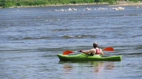 Homme Kayaking sur la rivière chez Sun photo stock