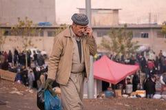 Homme kurde marchant dans un Souq en Irak Image stock