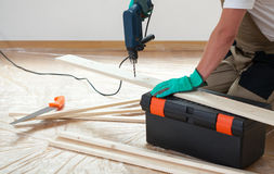 Homme à l'aide d'un foret pendant la rénovation Image stock