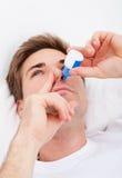 Homme à l'aide de la pulvérisation nasale Image libre de droits