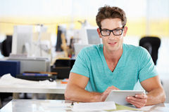 Homme à l'aide de la tablette de Digitals dans le bureau créatif occupé Photographie stock libre de droits