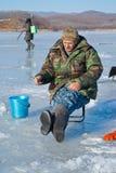 Homme l'hiver pêchant 44 Images libres de droits