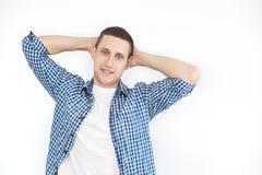 Homme ? la mode posant sur un fond blanc Portrait crois? de bras avec le copyspace, endroit vide d'homme joyeux avec des poils da photo stock