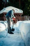 Homme la pelle étant coupé la neige du trottoir après tempête de neige Horaire d'hiver dans l'extérieur, neige de dégagement d'ar image stock
