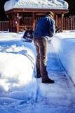 Homme la pelle étant coupé la neige du trottoir après tempête de neige Horaire d'hiver dans l'extérieur, neige de dégagement d'ar images stock