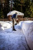 Homme la pelle étant coupé la neige du trottoir après tempête de neige Horaire d'hiver dans l'extérieur, neige de dégagement d'ar images libres de droits