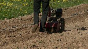 Homme labourant la terre par le cultivateur agricole clips vidéos