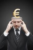 Homme large d'esprit avec l'euro signe de l'or 3d à l'intérieur Photo stock