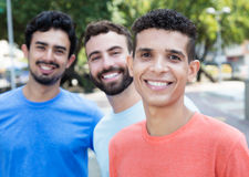 Homme latin avec deux amis dans la ville Photographie stock libre de droits