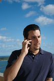 Homme latin bel au téléphone Image libre de droits