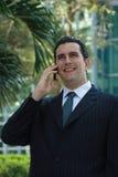 Homme latin bel d'affaires parlant au téléphone Images libres de droits