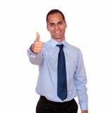 Homme latin de sourire regardant et te montrant le signe correct Image stock