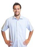 Homme latin heureux dans une chemise bleue image libre de droits