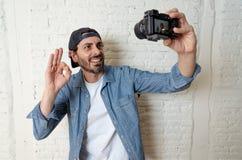Homme latin indépendant de jeune blogger latin attirant prenant un autoportrait images stock