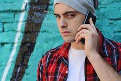 Homme latin parlant au téléphone Photo stock