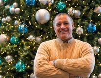 Homme latin réussi devant un arbre de Noël. images libres de droits