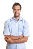 Homme latin riant dans une chemise bleue images libres de droits
