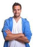 Homme latin sportif avec les bras croisés Image libre de droits